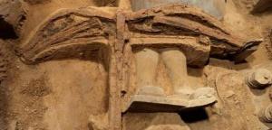 L'arbalète d?1,30 mètre découverte sur le site de Xian dans la province du Shaanxi.